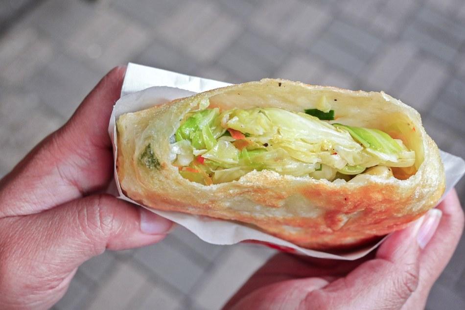花蓮光復高麗菜煎餅,板橋在地人才知道的銅板美食,賣完即收【板橋小吃】 @女子的休假計劃