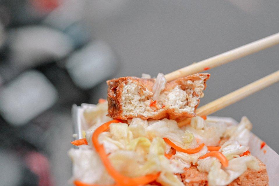三重港式脆皮臭豆腐,皮炸的超酥脆,一咬就大噴汁、配泡菜再加點辣超對味! @女子的休假計劃