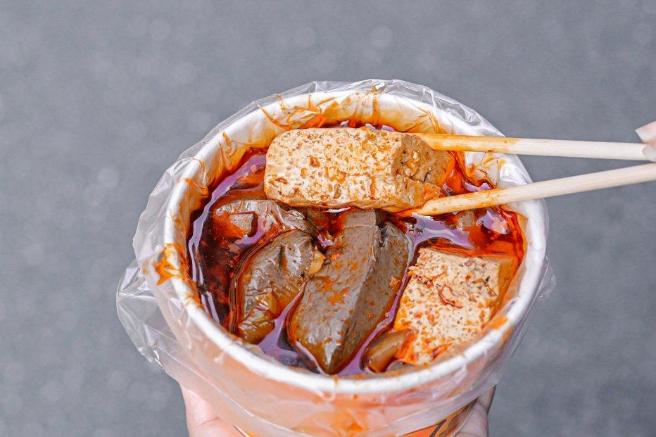 三重許記麵線:只要45元澎派到不行三寶麵線,三種配料全給你「鮮蚵、滷大腸、燒肉丁」! @女子的休假計劃