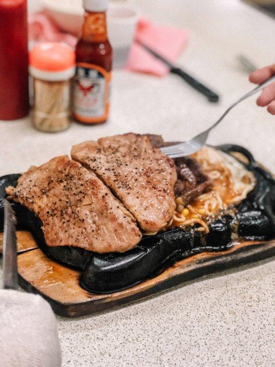 鼎庭牛排(大庭牛排)在地人推爆平價牛排館,拿號碼牌才能吃到,愛吃肉點雙拼更過癮! @女子的休假計劃