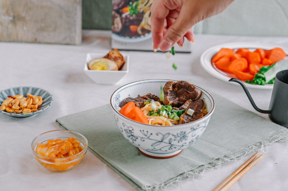 賈以食日-秘製紅燒牛肉麵:手工私房食譜,一碗來自父親的愛與溫暖,充滿記憶溫暖留香的味道 /常溫食品/牛肉麵推薦 @女子的休假計劃