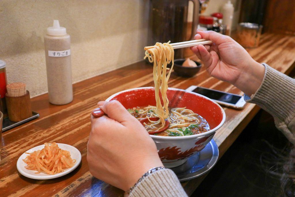 【四國香川】德島拉麵麵王:濃厚黑系湯頭,免費提供生雞蛋,親民的B級美食拉麵。 @女子的休假計劃